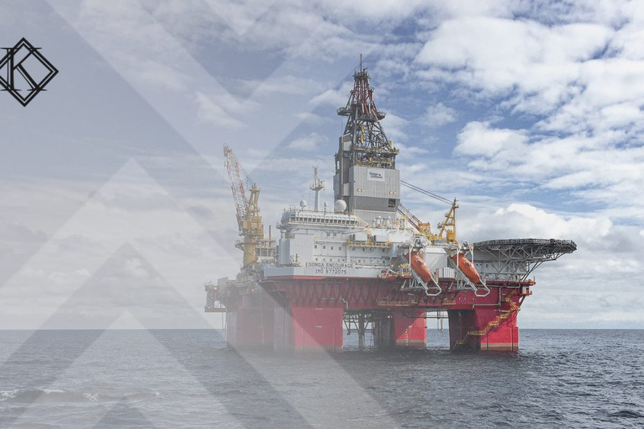 """A imagem mostra uma plataforma petrolífera, e ilustra a publicação """"Aposentadoria especial do trabalhador em plataforma de petróleo"""", da Koetz Advocacia."""