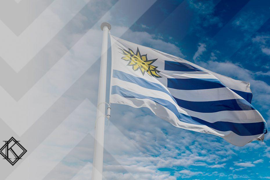"""A imagem mostra uma bandeira do Uruguai, e ilustra a publicação """"cada uma possui regras próprias que devem ser avaliadas, além disso, é possível em alguns casos somar o tempo com o Brasil"""", da Koetz Advocacia."""