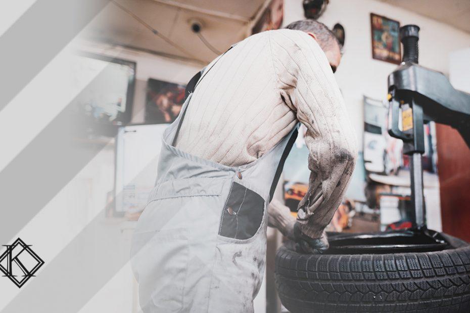 """A imagem mostra um torneiro mecânico trabalhando, e ilustra a publicação """"Autônomo pode ter tempo de aposentadoria especial?"""", da Koetz Advocacia."""