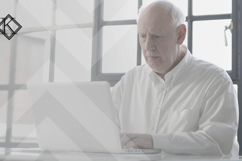 """A imagem mostra um homem sentado na mesa, lendo um documento, concentrado. Ilustra a publicação """"Cassação de aposentadoria de servidor público como pena é indevida?"""", da Koetz Advocacia."""