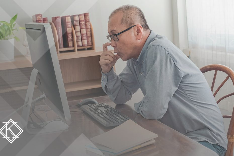 """A imagem mostra um homem concentrado lendo algo no computador, e ilustra a publicação """"Como contar tempo pra aposentadoria de servidor público?"""", da Koetz Advocacia."""
