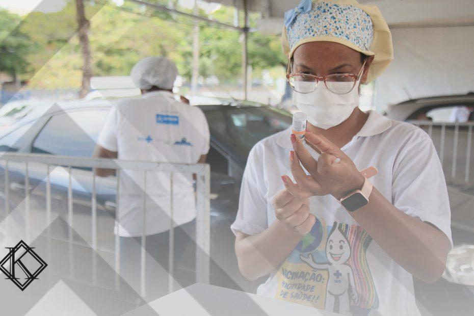 """A imagem mostra uma profissional da saúde em um posto de vacinação, e ilustra a publicação """"Compensação Financeira aos profissionais da saúde pela COVID-19"""", da Koetz Advocacia."""