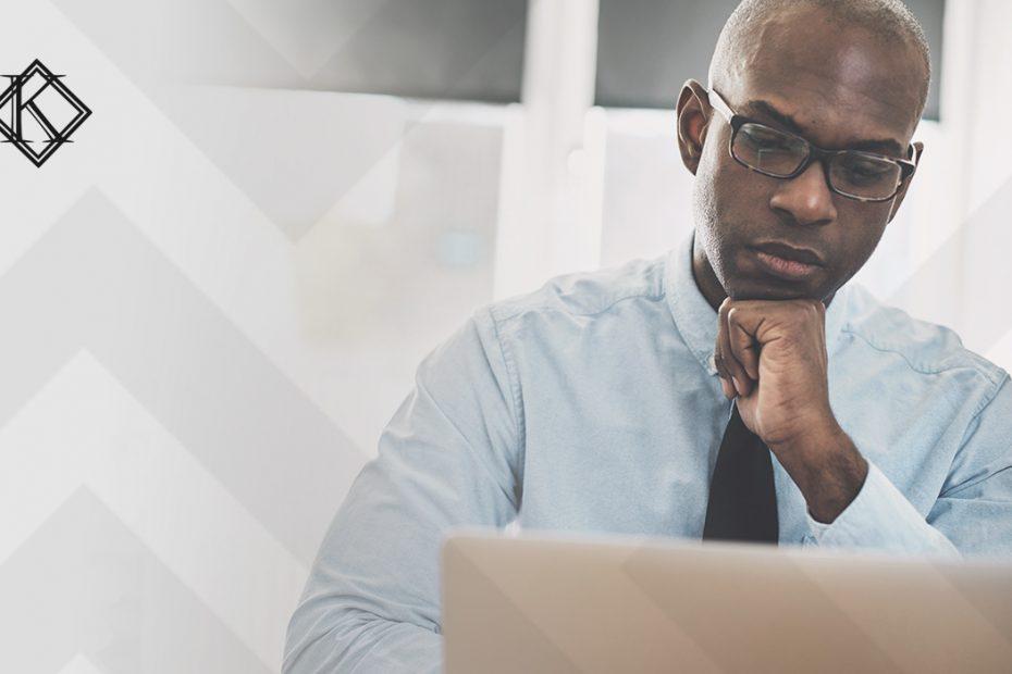 A imagem mostra um homem concentrado usando o computador, e ilustra a publicação