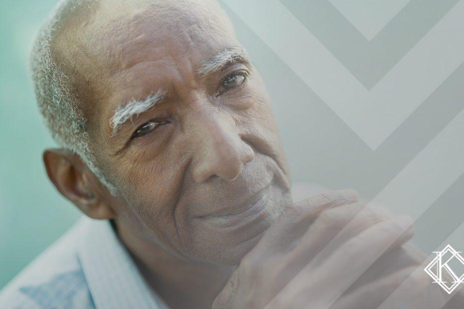 """A imagem mostra um homem de cabelos brancos sorrindo, e ilustra a publicação """"O tempo de contribuição do empresário pode ser contado para diferentes regras de aposentadoria conforme o valor pago ao INSS. Além disso, para contar tempo de contribuição do empresário e conquistar a aposentadoria, esse profissional precisa, sozinho, se preocupar com a regra de aposentadoria, contribuições e as provas necessárias"""", da Koetz Advocacia."""