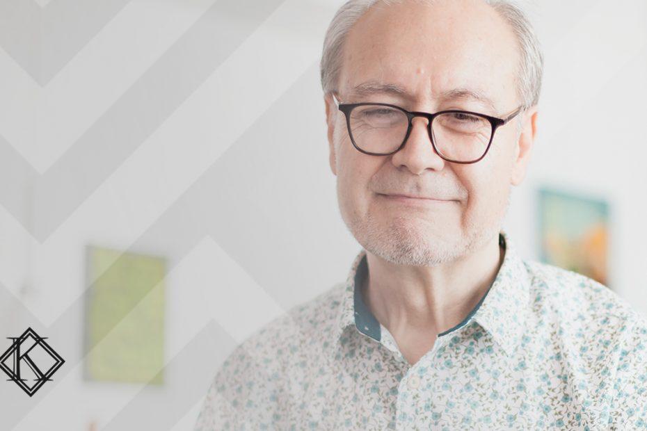 """A imagem mostra um homem sorrindo e ilustra a publicação """"Quanto o autônomo deve contribuir para o INSS para se aposentar?"""", da Koetz Advocacia."""
