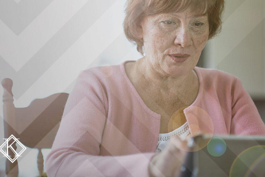 A imagem mostra uma mulher feliz e ao mesmo tempo focada, fazendo alguma pesquisa no tablet. Ilustra a publicação