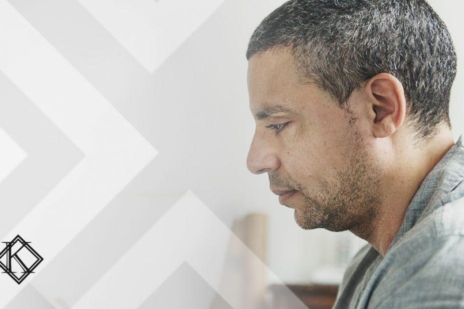 """A imagem mostra um homem refletindo e ilustra a publicação """"Acumular pensão por morte com aposentadoria de servidor é possível?"""", da Koetz Advocacia."""