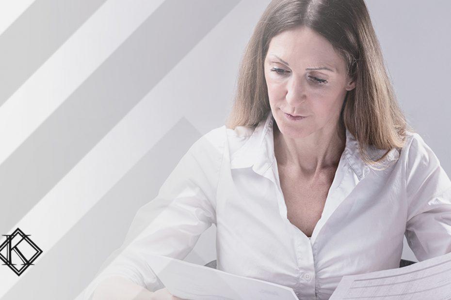 A imagem mostra uma mulher organizando papéis, e ilustra a publicação