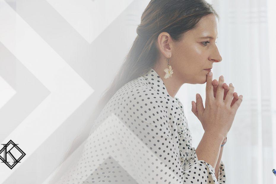 """A imagem mostra uma mulher concentrada lendo algo no computador, e ilustra a publicação """"Divisão do valor da pensão por morte servidor público, como é feita?"""", da Koetz Advocacia."""