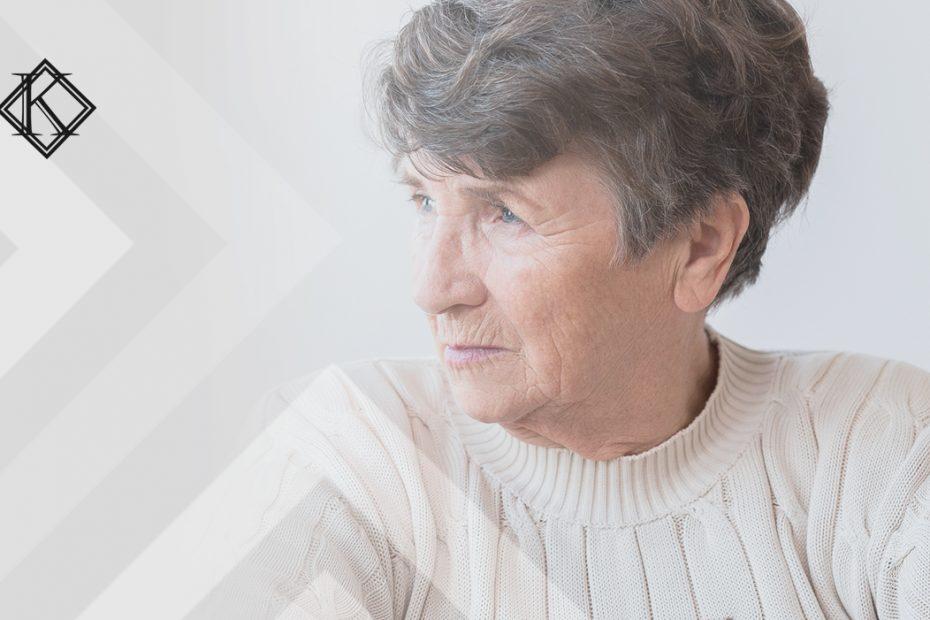 """A imagem mostra uma mulher olhando para fora do enquadramento, pensativa. Ilustra a publicação """"Motivos para perder pensão por morte de servidor, quais são?"""", da Koetz Advocacia."""