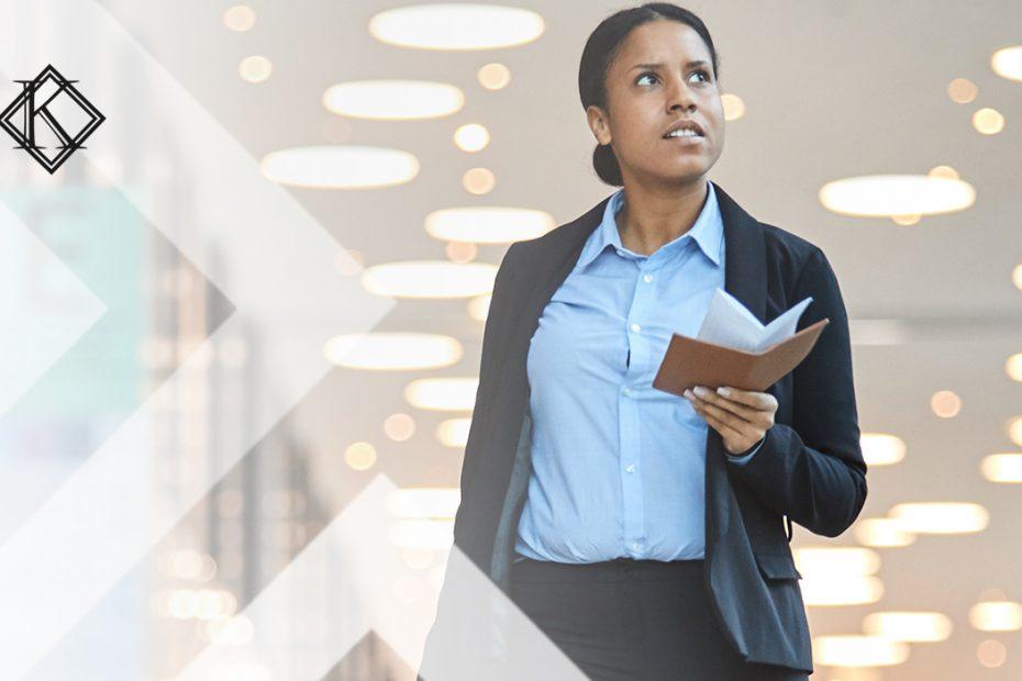 """A imagem mostra uma mulher caminhando com um passaporte na mão, e ilustra a publicação """"Visto de trabalho brasil: quais as opções e como solicitar?"""", da Koetz Advocacia."""