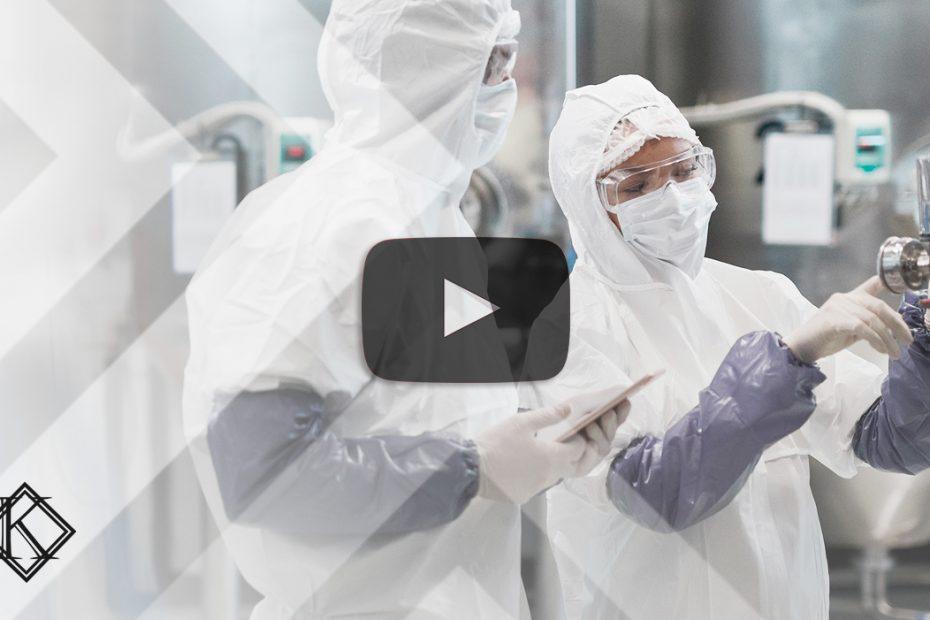 """A imagem mostra dois profissionais de laboratório avaliando um equipamento, e ilustra a publicação em vídeo """"Agentes químicos no PPP que valem para Aposentadoria Especial"""", da Koetz Advocacia."""