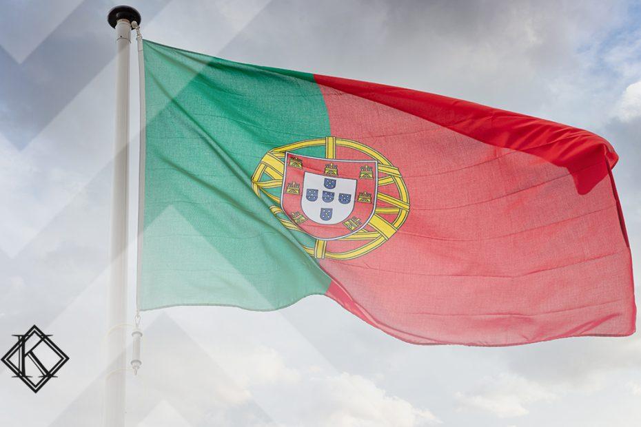 """A imagem mostra a bandeira de Portugal e ilustra a publicação """"Como recebo aposentadoria em Portugal sem pagar 25% de imposto?"""", da Koetz Advocacia."""