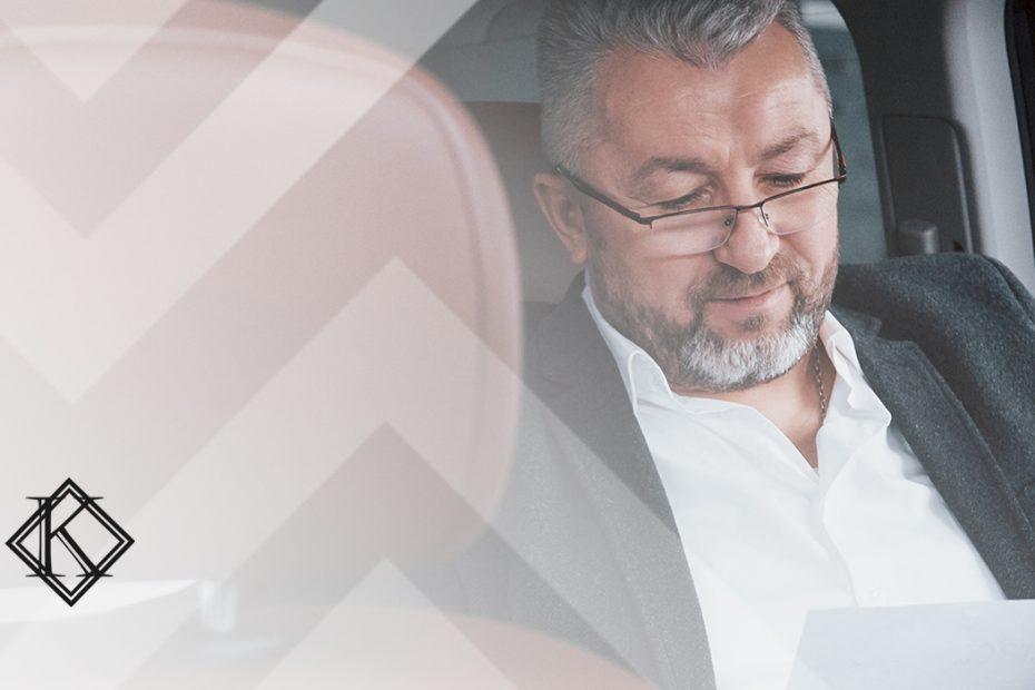"""A imagem mostra um homem em um carro, no banco de trás. Ilustra a publicação """"Estrangeiro com visto de trabalho sem vínculo empregatício no Brasil"""", da Koetz Advocacia."""