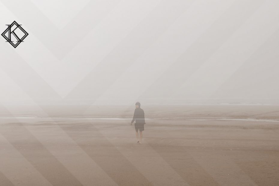 """A imagem mostra um homem na praia, transparente, como se estivesse desaparecendo, e ilustra a publicação """"Morte presumida e o direito à pensão por morte no RPPS ou INSS"""", da Koetz Advocacia."""