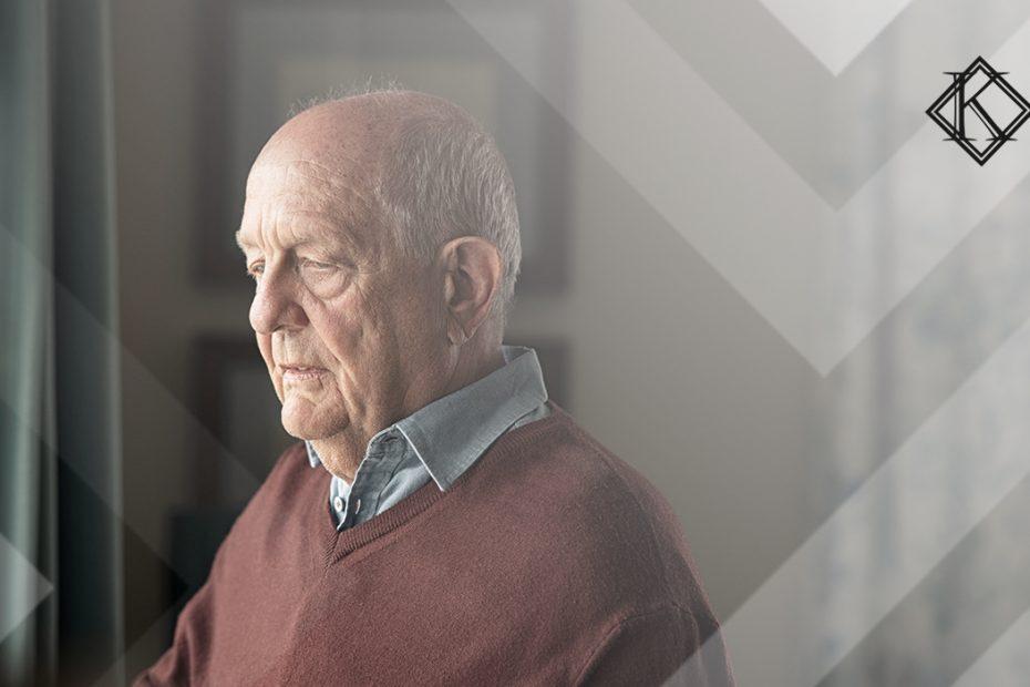 """A imagem mostra um homem de idade avançada olhando pela janela, e ilustra a publicação """"Pensão ao dependente viúvo do sexo masculino no RPPS e INSS"""", da Koetz Advocacia."""