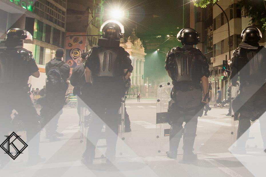 """A imagem mostra uma fileira de policiais militares, e ilustra a publicação """"Regra de transição da aposentadoria do policial e agentes da área"""", da Koetz Advocacia."""