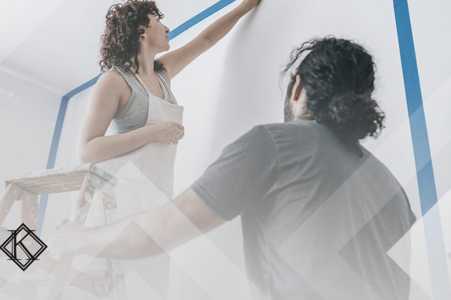 """A imagem mostra um casal reformando a casa, o homem segura a escada para a mulher. Ilustra a publicação """"Visto de união estável para estrangeiros no Brasil: como obter?"""", da Koetz Advocacia."""