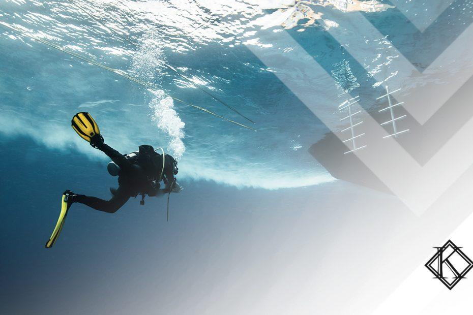 """A imagem mostra um mergulhador embaixo d'água, e ilustra a publicação """"Aposentadoria de Mergulhador pode ser especial e mais cedo"""", da Koetz Advocacia."""