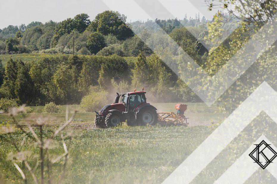 """Fotografia de paisagem rural com um trator, ilustrando a publicação """"Averbação de tempo rural para aposentadoria por tempo de contribuição"""", da Koetz Advocacia."""