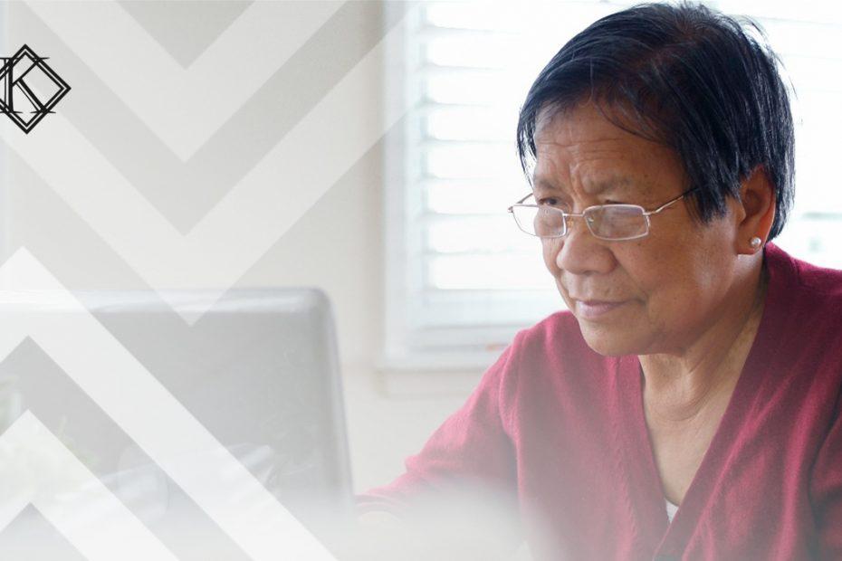"""A fotografia mostra uma mulher usando o computador, e ilustra a publicação """"Empresa está obrigada a emitir PPP e LTCAT para os funcionários?"""", da Koetz Advocacia."""