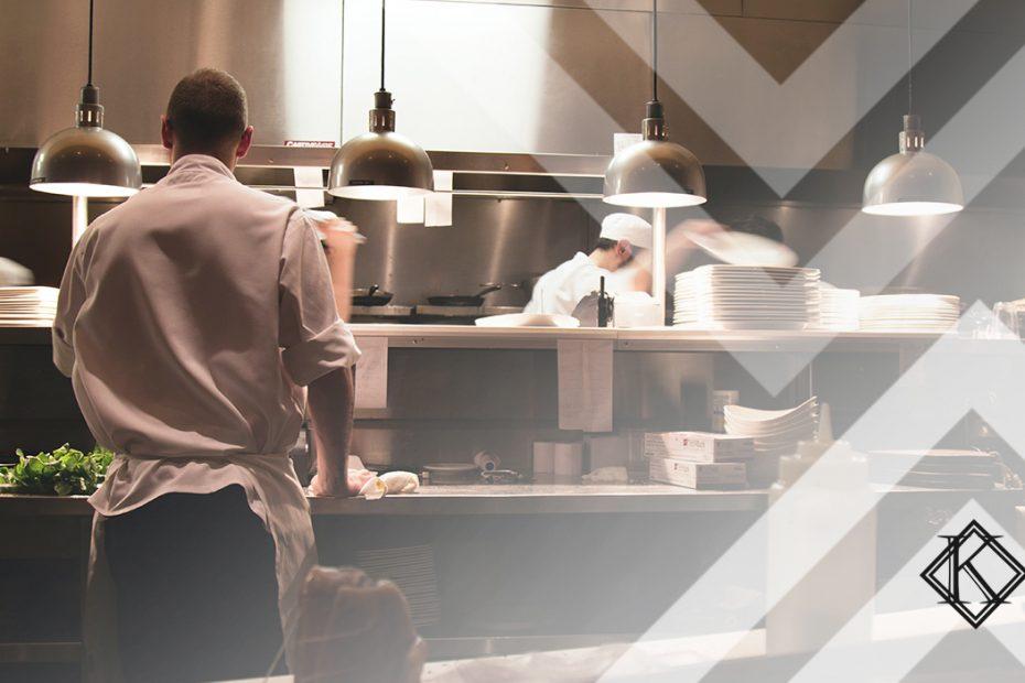 """A fotografia mostra um homem de costas em uma cozinha, trabalhando, e ilustra a publicação """"Quem trabalha em cozinha tem direito à insalubridade?"""", da Koetz Advocacia."""