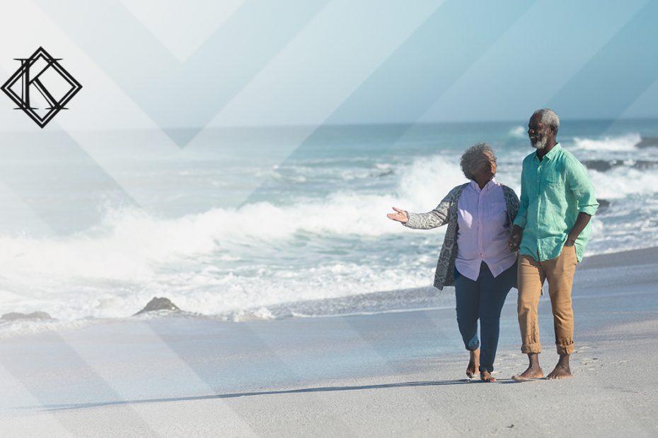 """A imagem mostra um casal na beira da praia, e ilustra a publicação """"Visto permanente por casamento com cônjuge brasileiro, como funciona?"""", da Koetz Advocacia."""