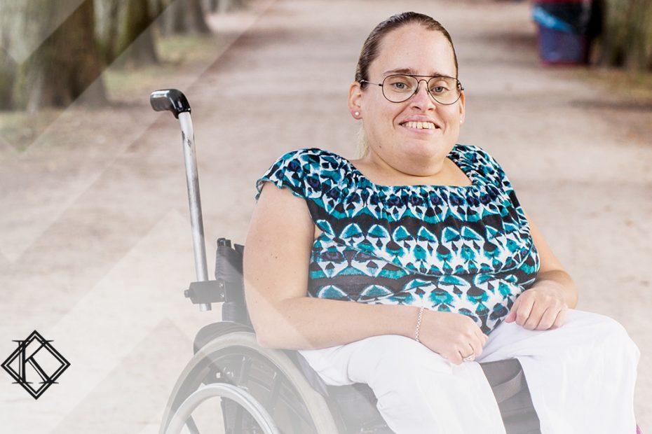 A imagem mostra uma pessoa com deficiência sorrindo, olhando para a câmera, e ilustra a publicação